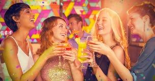 Image composée des amis ayant le verre du cocktail dans la barre Photographie stock