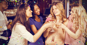 Image composée des amis buvant des cocktails ensemble Photos stock