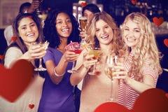 Image composée des amis buvant des cocktails ensemble Image stock