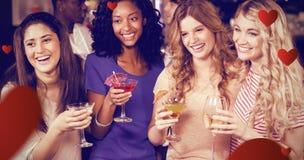 Image composée des amis buvant des cocktails ensemble tout en se tenant ensemble Image stock