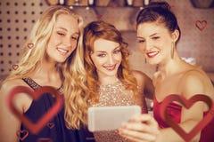 Image composée des amis de sourire prenant le selfie du téléphone portable Photographie stock