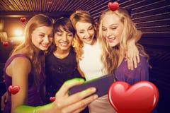 Image composée des amis de sourire prenant un selfie de téléphone portable Photos stock