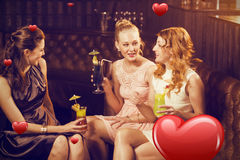 Image composée des amis féminins agissant l'un sur l'autre les uns avec les autres tout en ayant le cocktail Image libre de droits