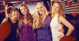 Image composée des amis féminins de sourire se tenant ensemble dans la barre Photos libres de droits