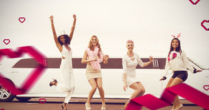 Image composée des amis féminins heureux sautant devant la limousine Image stock