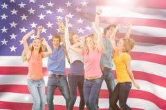 Image composée des amis faisant la fête ensemble tout en riant et souriant Photo libre de droits