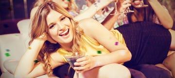Image composée des amis heureux avec des cocktails Image stock