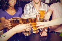Image composée des amis heureux buvant la bière et le grillage Photo libre de droits