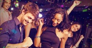Image composée des amis heureux dansant ensemble Image libre de droits