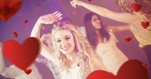 Image composée des amis heureux dansant gaiement Photographie stock libre de droits