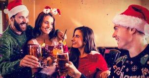 Image composée des amis joyeux buvant la bière et le cocktail Photos stock