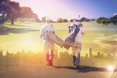 Image composée des amis marchant ensemble au terrain de golf Photographie stock libre de droits