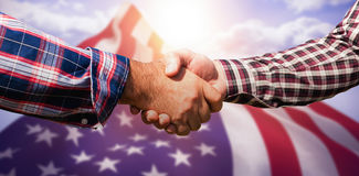 Image composée des amis masculins se serrant la main Images libres de droits