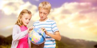 Image composée des amis regardant le globe Images stock