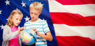 Image composée des amis regardant le globe Image stock