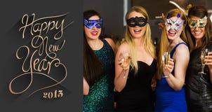 Image composée des amis riants portant des masques tenant des verres de champagne Images libres de droits