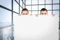 Image composée des associés se cachant derrière un signe Image libre de droits