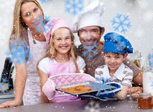 Image composée des biscuits de cuisson de famille dans la cuisine Photographie stock libre de droits