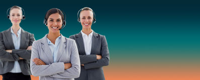 Image composée des casques de port d'équipe d'affaires et des bras debout croisés Images stock