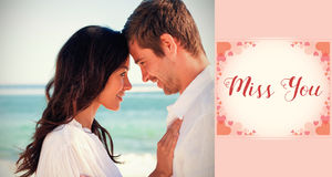 Image composée des couples attrayants embrassant sur la plage Image stock