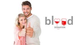 Image composée des couples attrayants montrant des pouces jusqu'à l'appareil-photo Image libre de droits