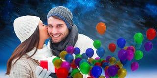 Image composée des couples d'hiver tenant le cadeau Photo stock