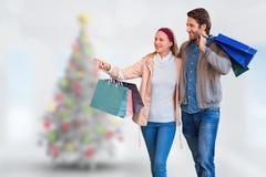 Image composée des couples de sourire marchant de pair et du lèche-vitrines allant Photographie stock libre de droits