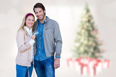 Image composée des couples de sourire montrant la carte de crédit Images stock