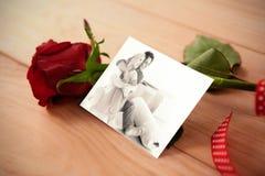 Image composée des couples de sourire se reposant sur le plancher Images stock