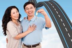 Image composée des couples de sourire tenant un ensemble de clés Image libre de droits