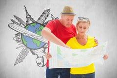 Image composée des couples de touristes perdus utilisant la carte Photographie stock libre de droits