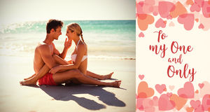 Image composée des couples embrassant sur des mots de plage et de valentines Photographie stock