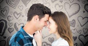 Image composée des couples embrassant sur le fond gris avec des coeurs de valentines Photo stock