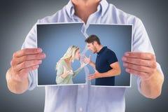 Image composée des couples fâchés faisant face pendant l'argument photos stock