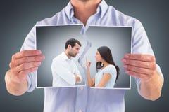 Image composée des couples fâchés faisant face pendant l'argument image stock