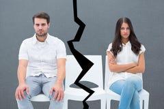 Image composée des couples fâchés ne parlant pas après argument images stock