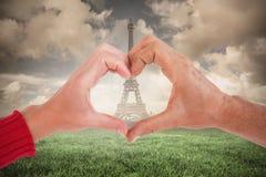 Image composée des couples faisant la forme de coeur avec des mains Photo stock
