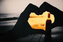 Image composée des couples faisant la forme de coeur avec des mains Image libre de droits