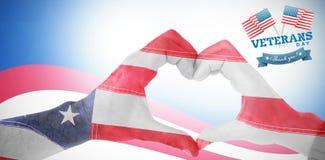 Image composée des couples faisant la forme de coeur avec des mains Photo libre de droits