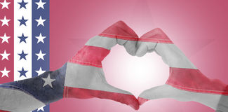 Image composée des couples faisant la forme de coeur avec des mains Images stock