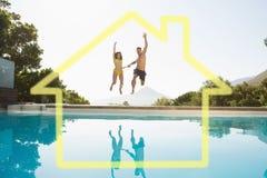 Image composée des couples gais sautant dans la piscine Photographie stock libre de droits