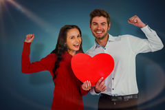 Image composée des couples gais tenant le coeur de papier Image libre de droits