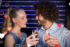 Image composée des couples grillant le verre de champagne dans la barre 3d Photo libre de droits