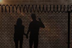 Image composée des couples heureux marchant tenant des mains Image stock