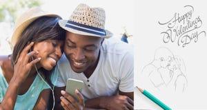Image composée des couples heureux se situant dans le jardin écoutant ensemble la musique Photographie stock libre de droits