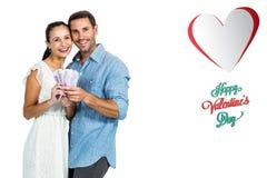 Image composée des couples heureux tenant l'argent Image libre de droits