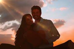 Image composée des couples heureux tenant le coeur de papier Image libre de droits