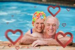 Image composée des couples mûrs heureux dans la piscine Photo libre de droits