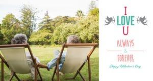 Image composée des couples mûrs heureux se reposant en parc Photos libres de droits