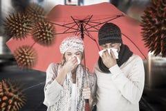 Image composée des couples malades éternuant dans le tissu tout en se tenant sous le parapluie Photos libres de droits